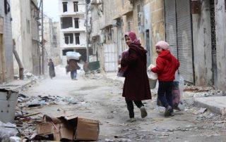 Внатрешно раселени лица се враќаат во своите домови во населбата Ал-Шаар, источно Алепо