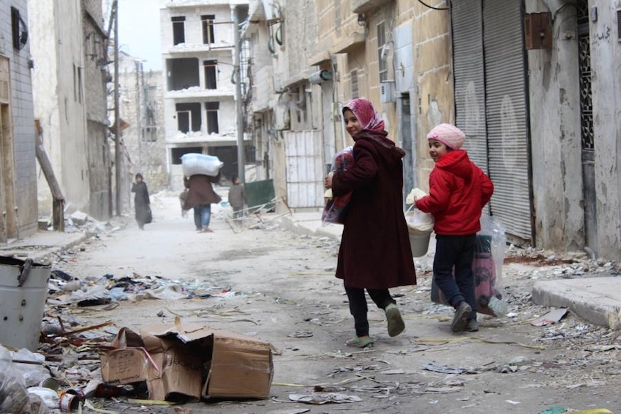 Вантрешно раселени лица се враќаат во своите домови во населбата Ал-Шаар, источно Алепо