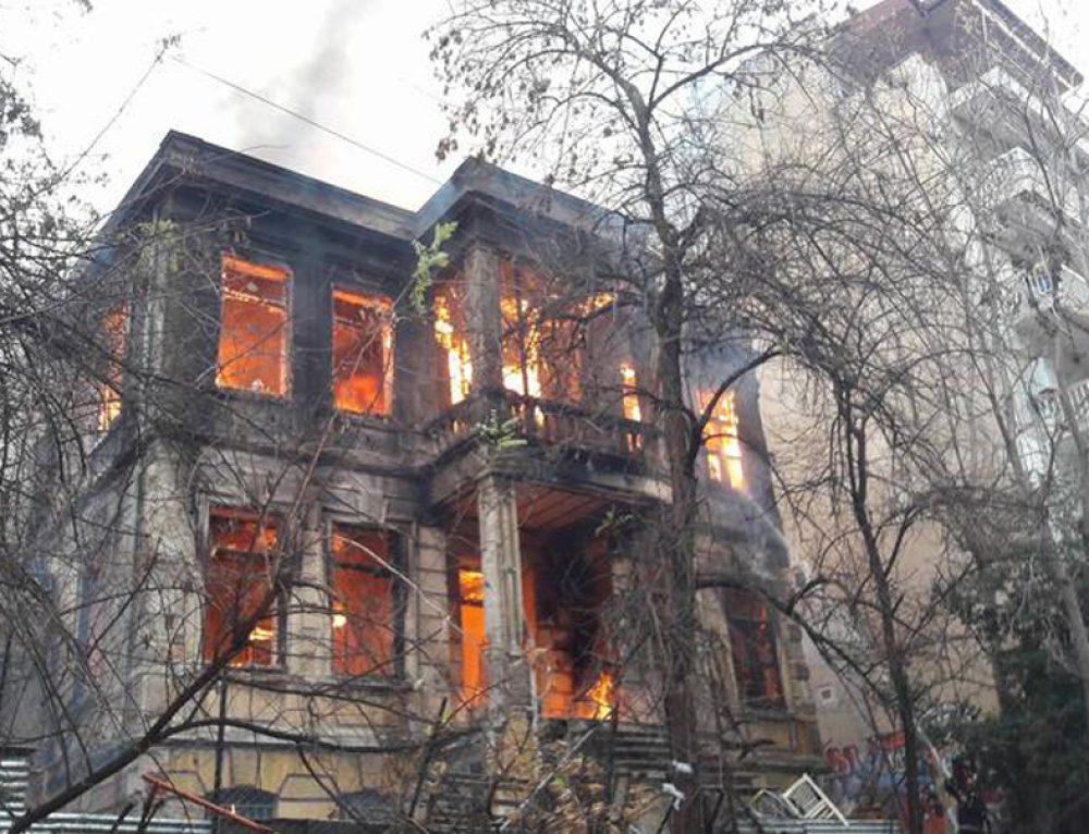 На националистичките протести во Грција, нападнат и запален левичарски автономен центар