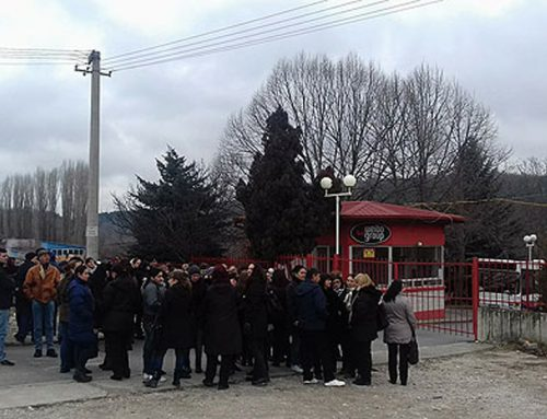 """Работниците од """"Веибо Груп"""" продолжуваат со блокади на фабриката се' додека не им се исплатат платите и придонесите"""